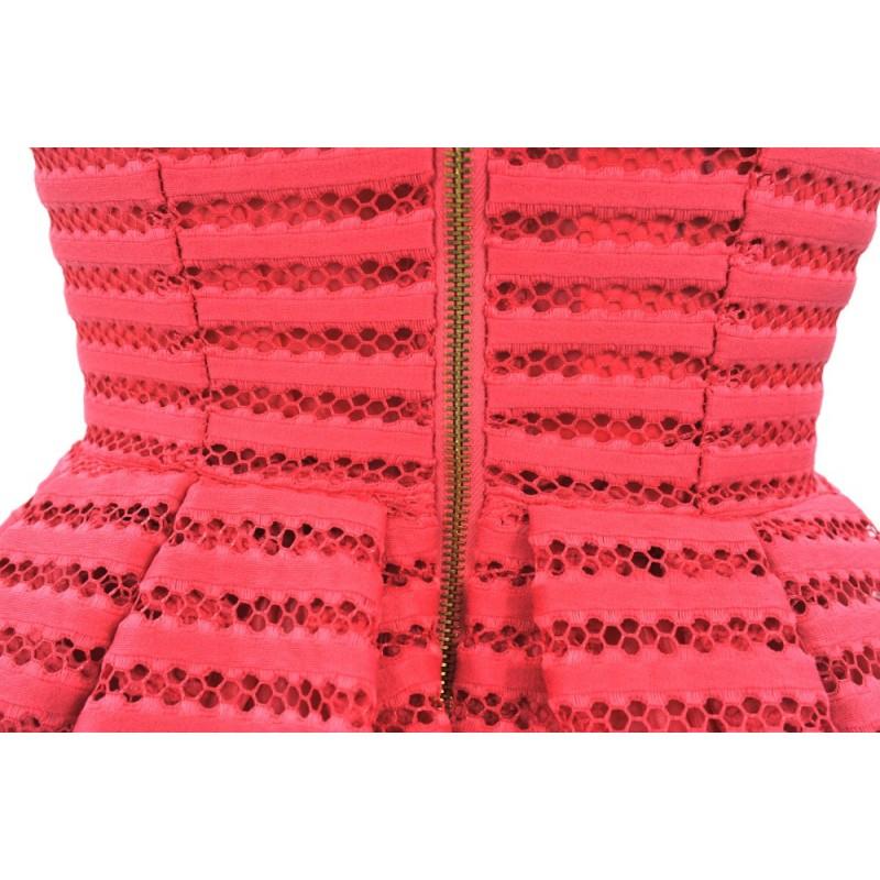 Sukienka rozkloszowana z koronki w pasy (malinowa)