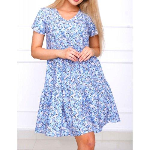 Niebieska sukienka trapezowa z falbaną w kwiaty