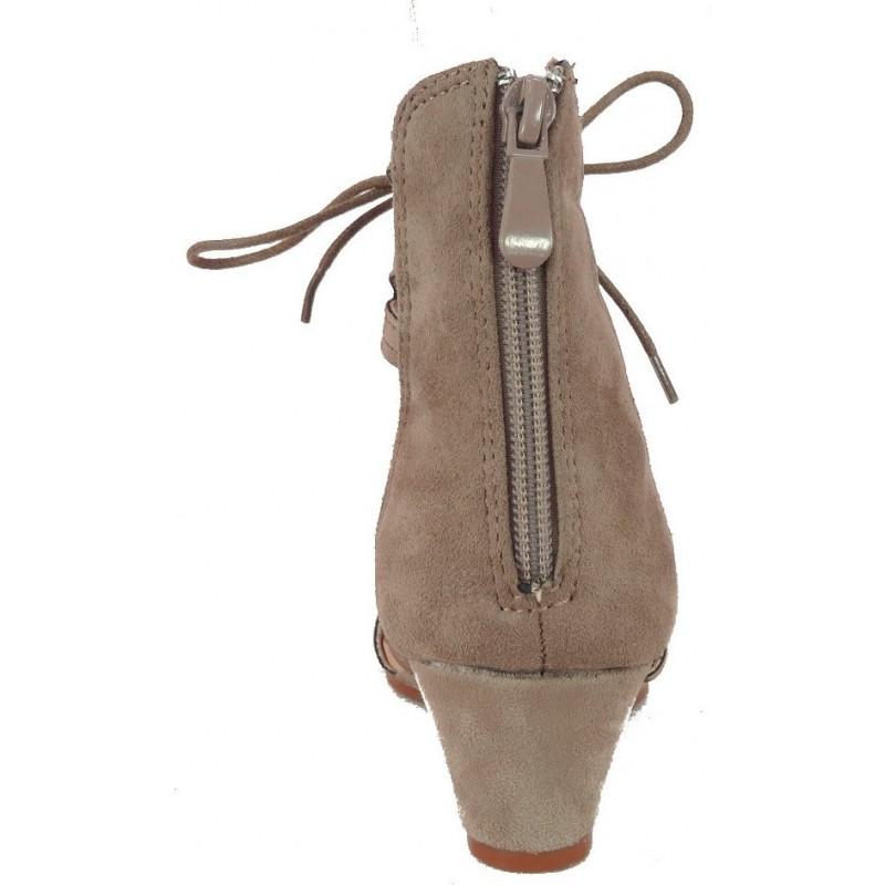 Wiązane sandały na koturnie